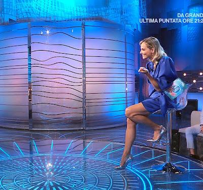 Francesca Fialdini abbigliamento vestito blu tacchi alti 26 settembre