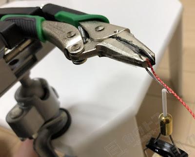 バイスプライヤーを万力で固定し、フック作成