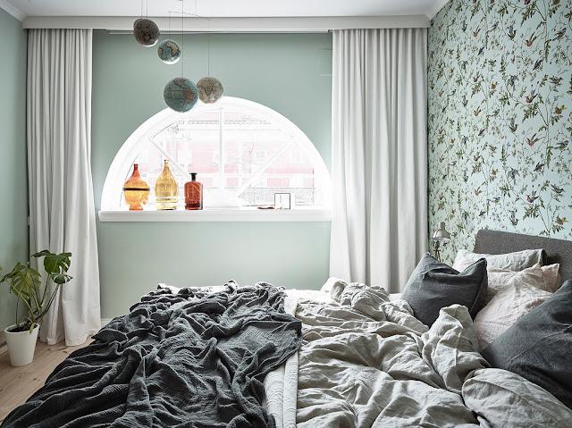 dormitor cu fereastra semicirculara
