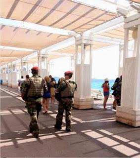 Squadre di militari a passeggio per Nizza.