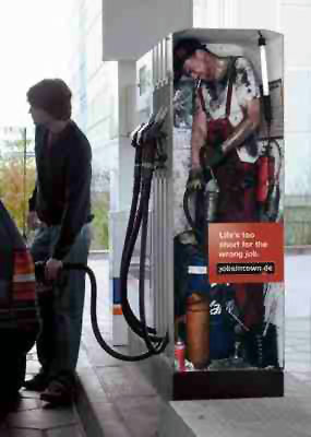 Akaryakıt pompası içinde yakıt depolayan çalışan
