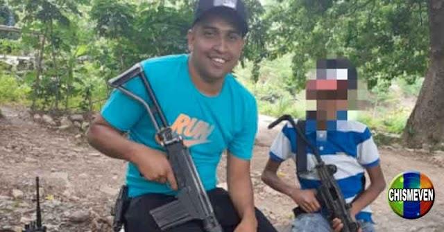 Alias El Conejo entrena a niños de la Cota 905 para que aprendan a utilizar armas de guerra
