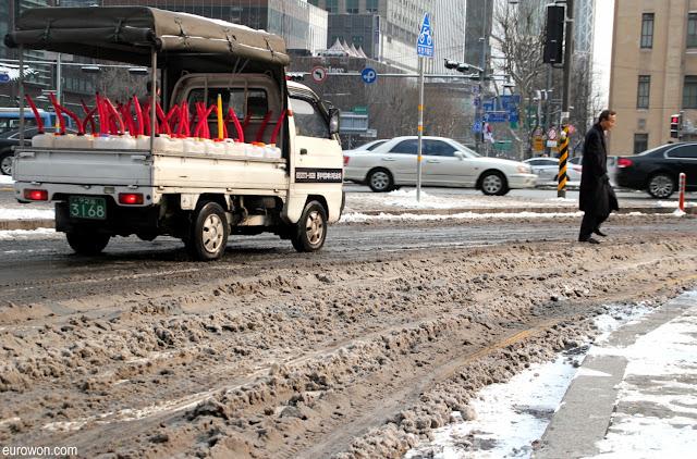 Mezcla de nieve y barro en Seúl