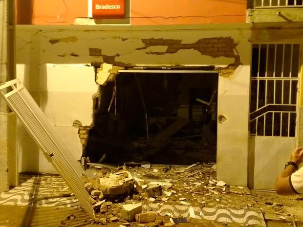 Bandidos explodiram agência do Bradesco em Jussara, na Bahia (Foto: Luciano Kastro/Blog Braga)