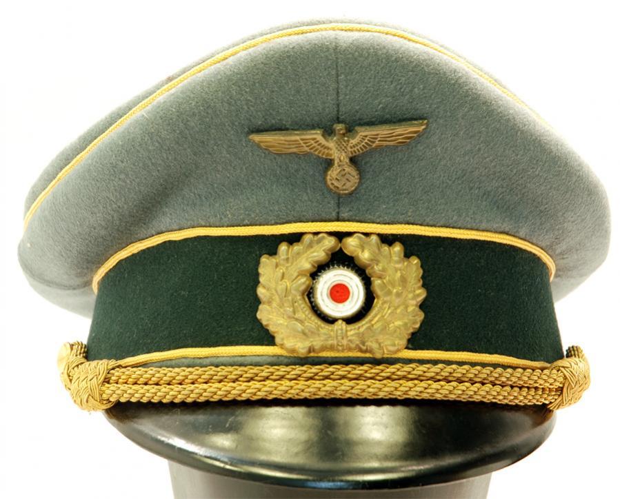 3b12e6d7501ac Aquí vemos una gorra de general Erel original. Lleva su correspondiente  cocarda de ventilación (aunque no siempre la llevaban) y la cinta dorada es  mucho ...