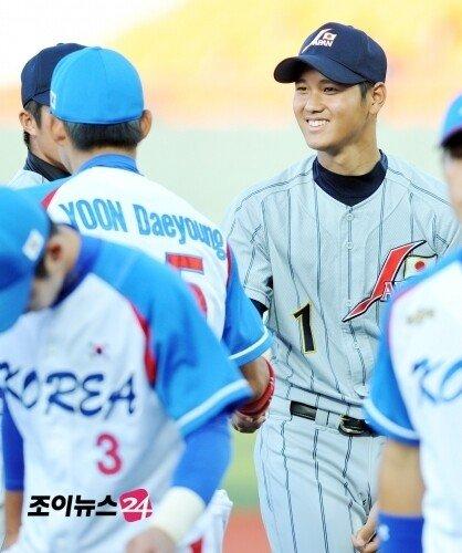 한국 선수들과 반갑게 인사하는 오타니
