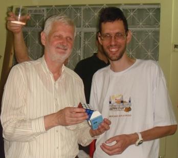 Entregando o prêmio (cubo 3x3x3) ao campeão - foto: Egidio Federzoni