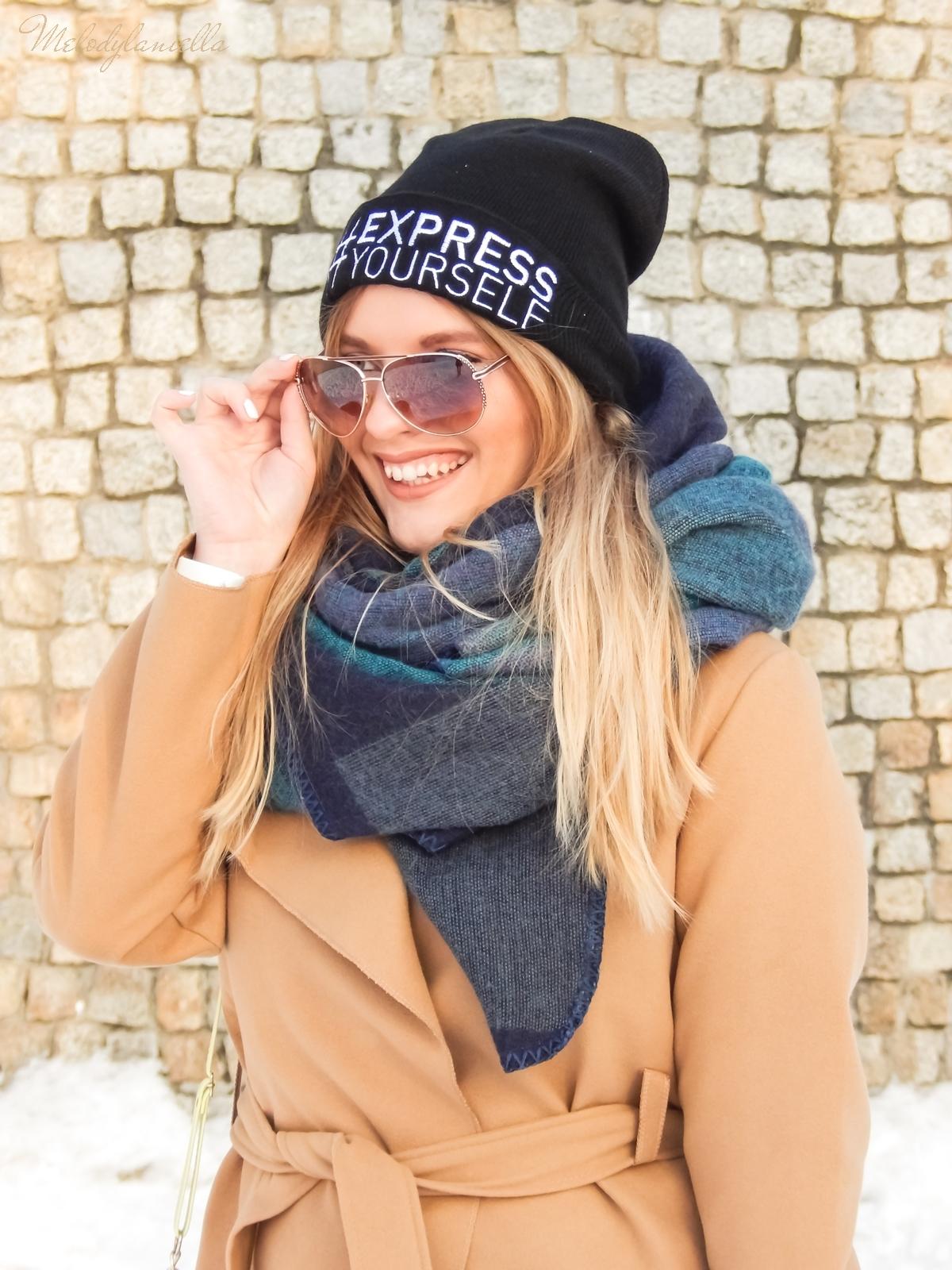 4 melodylaniella wełniany piaskowy beżowy karmelowy wielbłądzi płaszcz stylizacja na zimę białe dodatki torebka manzana trapery deichmann czepka bellissima duży szal okulary polskie blogerki