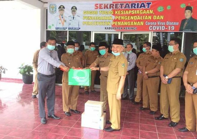 Bupati Kerinci Adirozal Terima Bantuan Ratusan Set APD Dari Bank Jambi