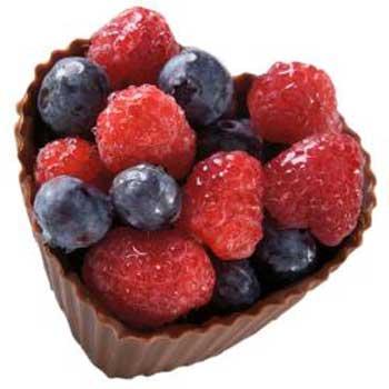 пирожное из шоколада с ягодами