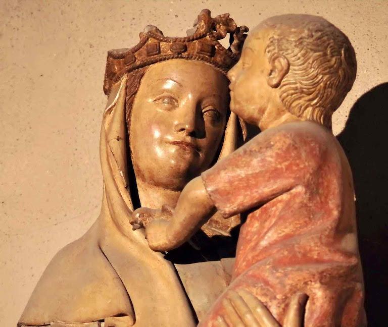 Vierge à l'Oiseau, a imagem original no interior da igreja, em Riom,  Auvergne