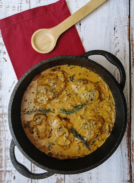 Creamy Garlic and Herb Chicken with Mushrooms, creamy mushroom00s, garlic chicken, mushrooms, chicken, recipe, food pictures, food photography, pinterest food, herb chicken, spicy fusion kitchen, mushroom recipe, chicken recipe, creamy chicken,