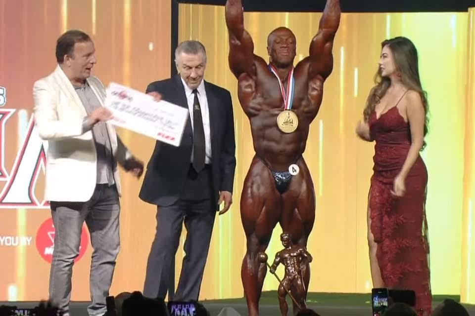 Shawn Rhoden recebe cheque de US$ 400 mil. Foto: Reprodução
