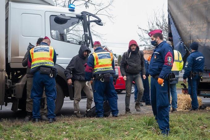 Embercsempészeket vettek őrizetbe Kecskeméten, 28 határsértőt szállítottak