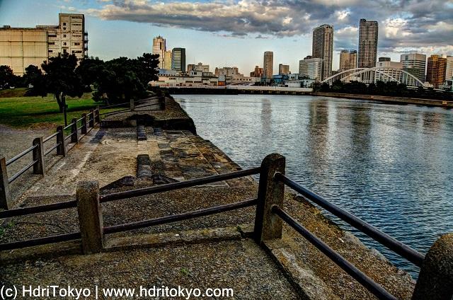 edge of Hamarikyu-gardens, and Sumida-river. skyline of Kachidoki-district in background.