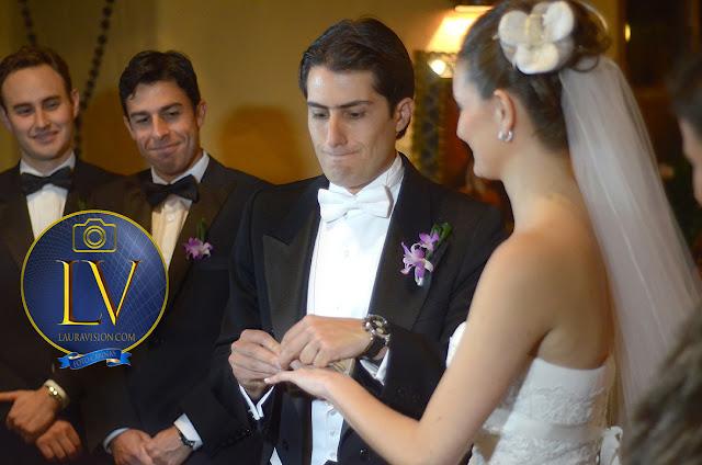 novio hace mueca porque no le entra el anillo a la novia delante de los padrinos