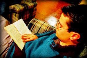 Garçon lisant en anglais