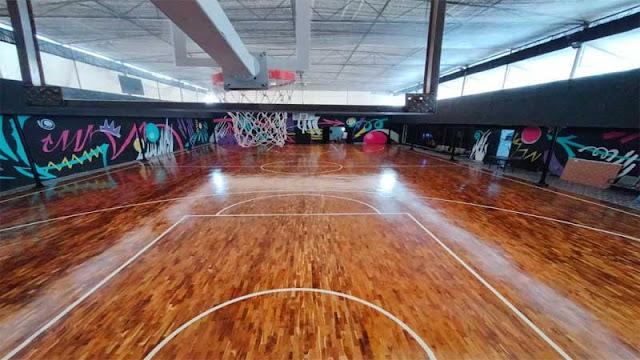 Tampilan lantai kayu jati di lapangan basket indoor