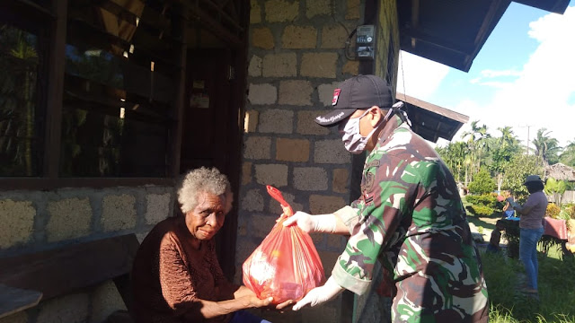 Wujud Kepedulian Satgas Raider 300 Bagikan Paket Sembako