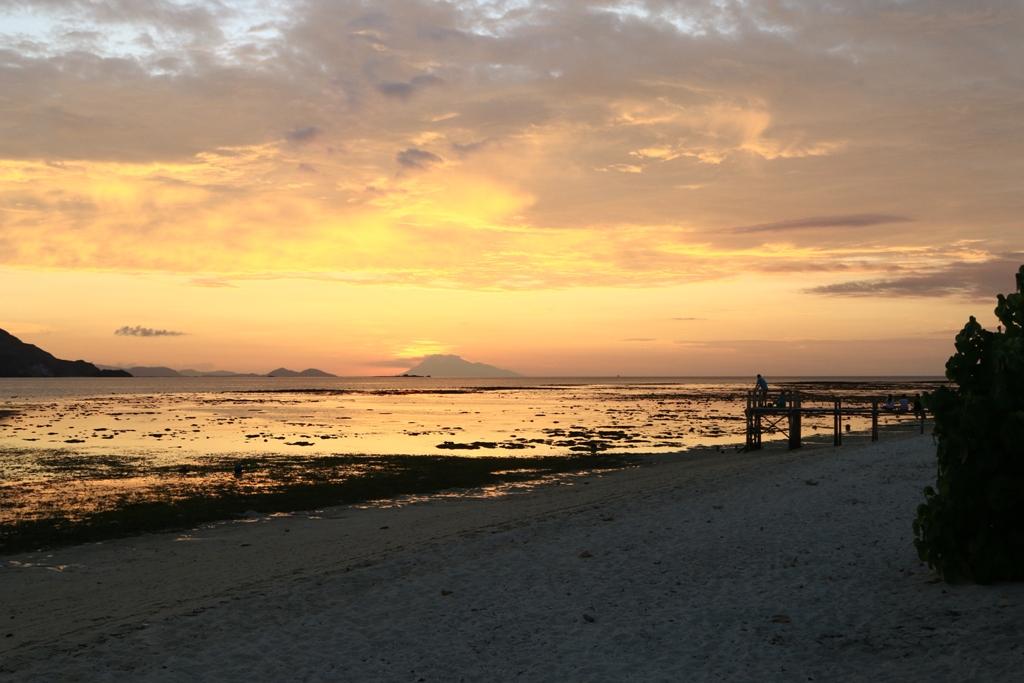 Sunset romantis di Pantai Pulau Kanawa