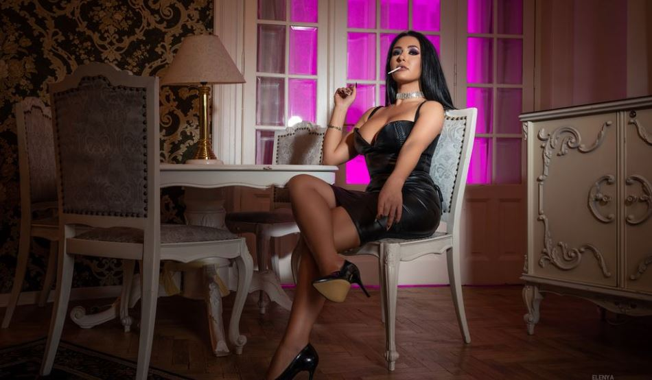https://www.glamourcams.live/chat/Elenya
