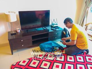 Warih-Homestay-TIME-Installer-En-Eddy-Sedang-Melakukan-Configuration