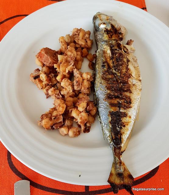 Cachupa frita e peixe carapau, pratos típicos da Ilha do Sal, Cabo Verde