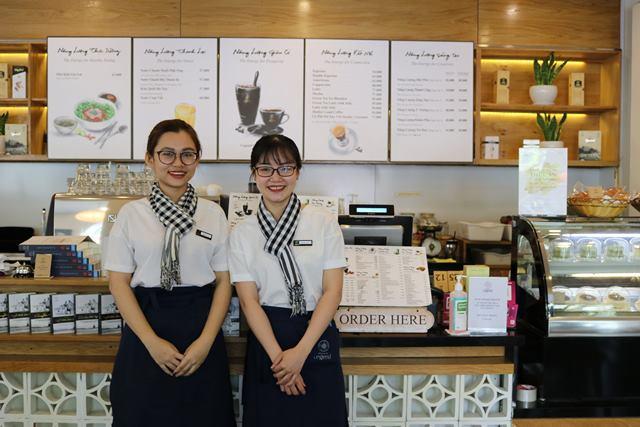 Nhân viên phục vụ quán cà phê Trung Nguyên - Hình 2