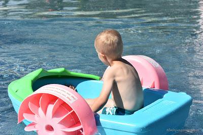 Ruderboot im Planschbecken