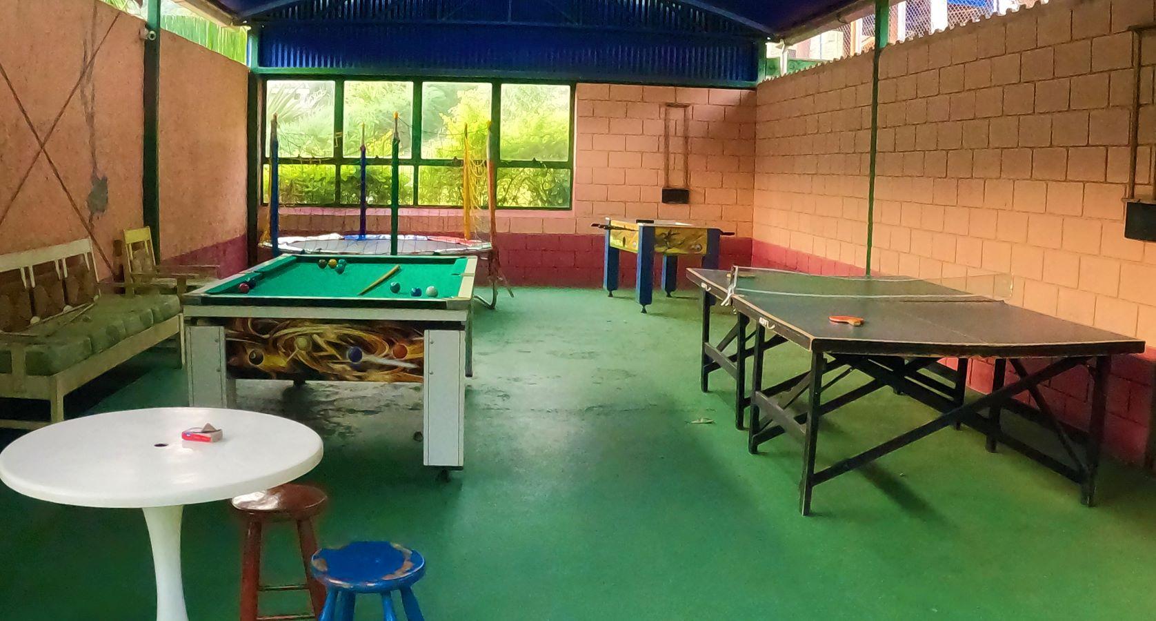 salão de jogos com sinuca, mesa de ping pong, cama elástica, baralhos