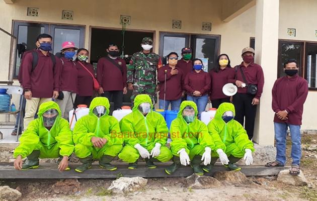Pemdes Apar Batu Bersama Tim Relawan Lakukan Penyemprotan Disinfektan Perdana