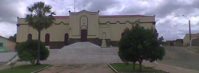 Elesbão Veloso: Paredes da Igreja de Santa Santa Teresinha recebe pintura.