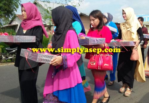 HANTARAN : Ini adalah rombongan yang membawa barang barang hantaran untuk diberikan kepada pihak calon pengantin perempuan.  Foto Asep Haryono