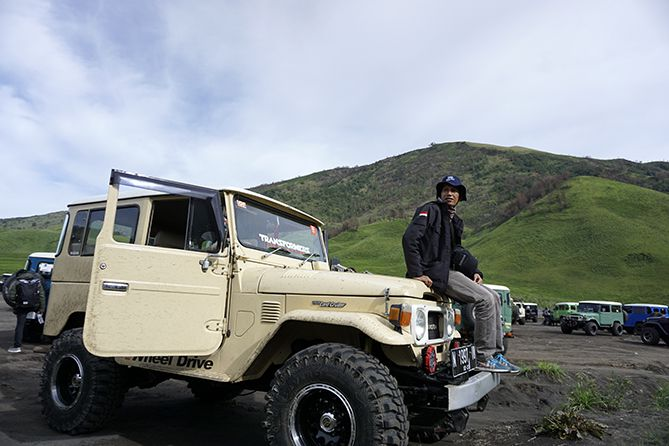 Berpose di Jeep area Bromo