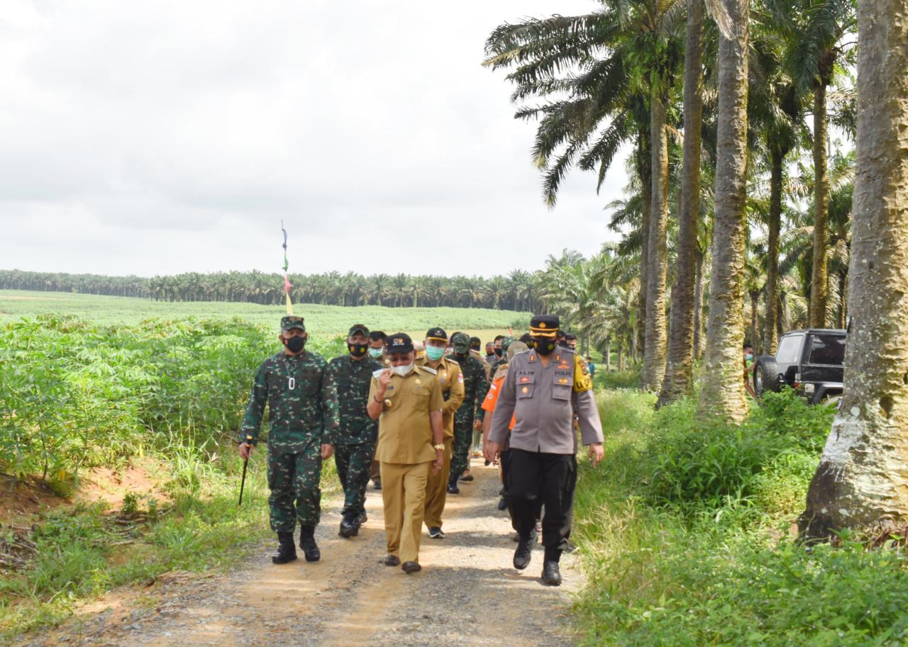Danrem 043/Gatam Bersama Bupati Mesuji Tinjau lahan rencana untuk pembangunan Kompi.