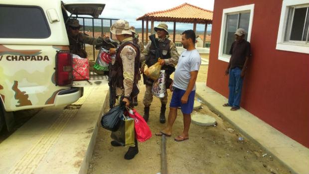 Policiais carregam viatura com as doações para as famílias (Foto: divulgação/ SSP)