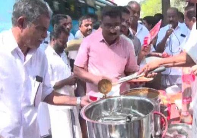 Congress Workers Distribute Beef,  beef curry,  Beef Curry Distribute in kerala,  congress,   Pinarayi Vijayan,  police trainees,  Kozhikode