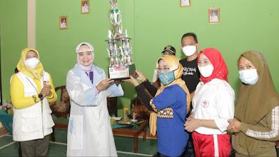 Baksos di Kabupaten Pringsewu, Ketua TP PKK Lampung Riana Sari Arinal Serahkan 4 Piala Lomba