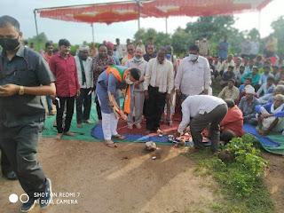 प्रभारी मंत्री दत्तीगाव ने सुदूर संपर्क सड़क का भूमि पूजन किया