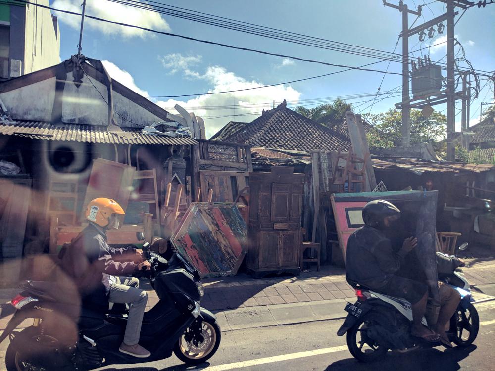Ausflüge in Bali zur: Elefantenhöhle Goa Gajah und dem Uluwatu Tempel. Auf dem Weg: Traditionelle Holzschnitzerei und eine Beerdingungszeremonie. (Erlebnisse während einer Pressereise)