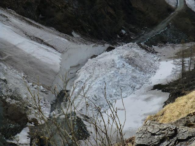Imposante Lawinenablagerung samt aufwändiger Schneeräumung im nördlichen Osttirol (Foto: 26.05.2021)