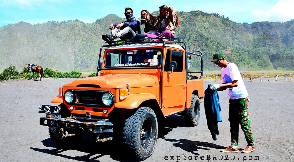 jeep hardtop kanvas terbuka isi 10 orang berdiri