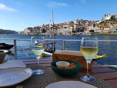 petiscos, copos de vinho com vistas para o Porto