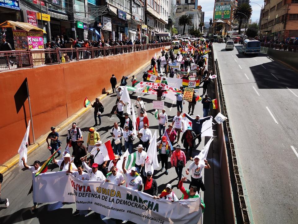Parte de la columna de marchistas que cruzó desde El Alto hasta Sopocachi / COMITÉ PRO SANTA CRUZ