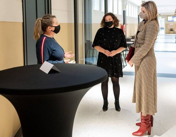 Queen Maxima's outfit is from the fashion house Natan. Maxima wore a res boots from Gianvito Rossi. Natan bussy-bow checked wool midi dress