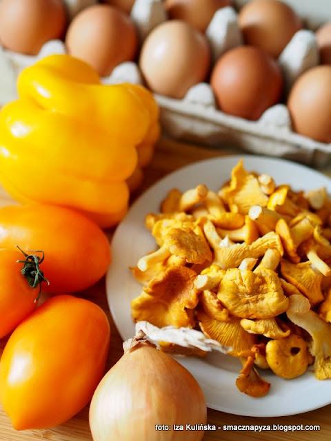 zołta szakszuka, szakszuka z kurkami, zolte warzywa, jajka sadzone na pomidorach, sniadanie z patelni, balagan na patelni