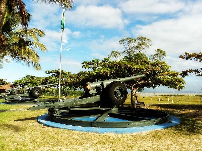 Canhões na entrada da área militar do Forte Marechal Luz, em São Francisco do Sul