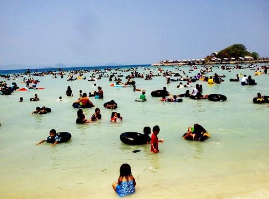 pantai-mutun-dipadati-wisatawan-saat-liburan