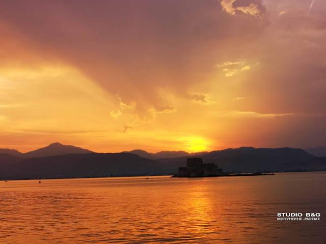 Κόκκινο, γαλάζιο και μενεξεδί το ηλιοβασίλεμα στο Ναύπλιο (βίντεο)