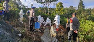 Bhabinkamtibmas Polsek Baraka Polres Enrekang Melaksanakan Pengamanan Pemakaman Jenazah Covid-19